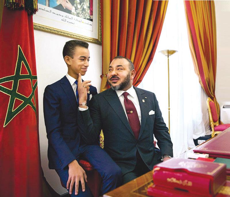 Le Roi Mohammed VI et le Prince héritier Moulay El Hassan reçus par Emmanuel Macron. Décontractés, le Souverain, le Prince et le Chef d'Etat français ont partagé un vrai moment de complicité.