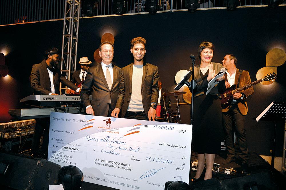 Khalil Bouanani remettant le «Prix Banque Populaire pour les jeunes artistes» à l'artiste Noureddine Ouarhim