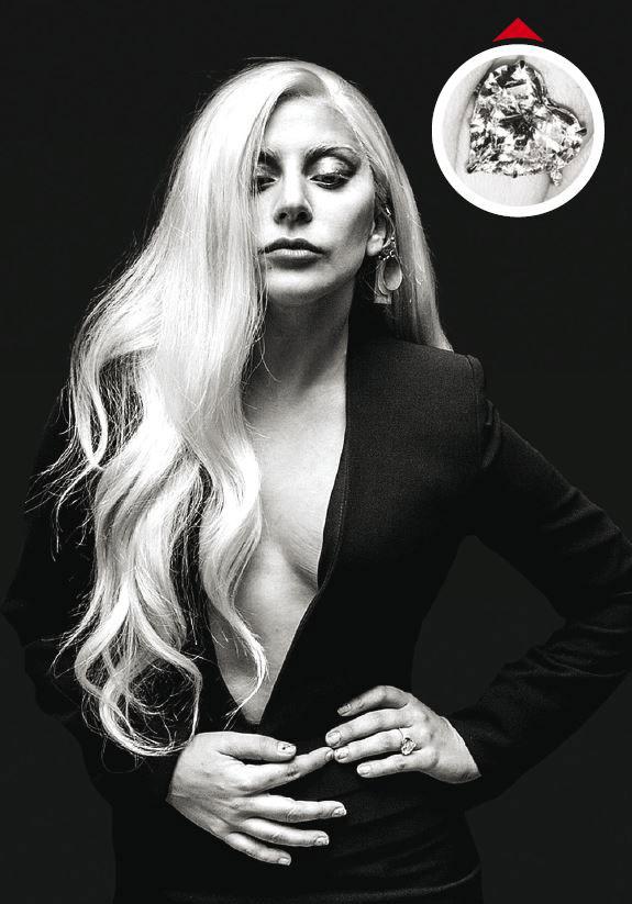 Lady Gaga a dit « oui » à la grosse bague avec un diamant en forme de cœur que Taylor Kinney l'acteur de Vampire Diaries lui a offerte le jour de la Saint-Valentin pour la demander en mariage.