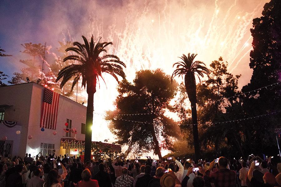 Spectacle de feux d'artifice à l'occasion du 242ème anniversaire de l'indépendance des Etats-Unis d'Amérique