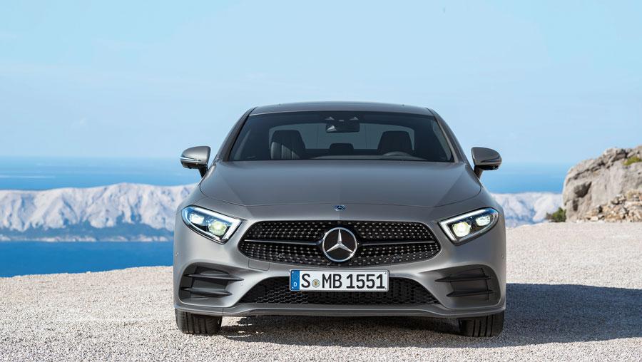 L'un des détails caractéristiques de la partie avant est la calandre diamant à une lamelle typique des coupés Mercedes-Benz.