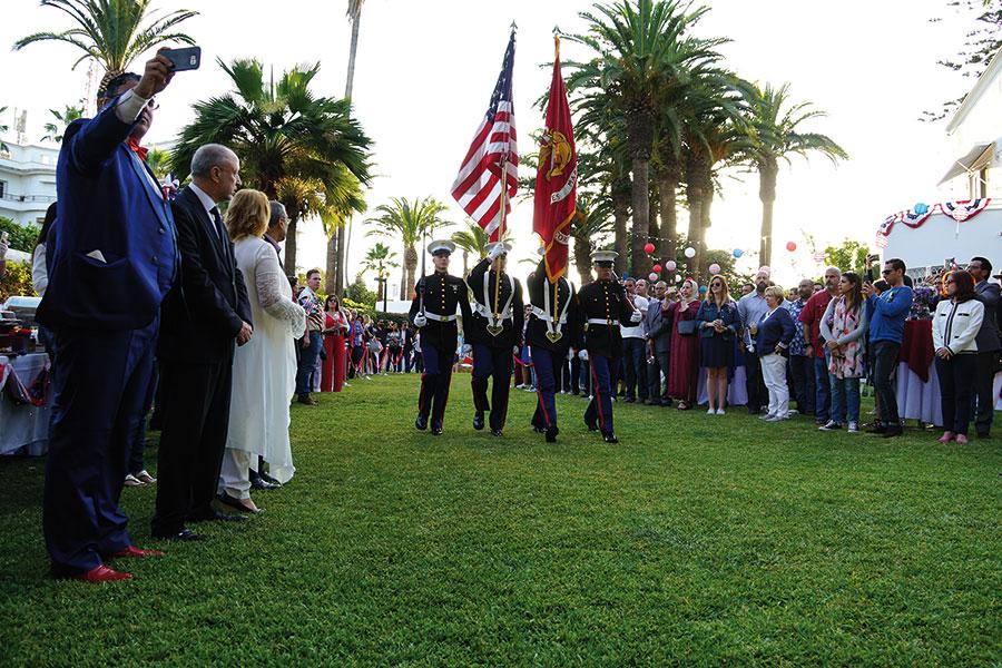 Présentation de la marche officielle par le corps des marines des États-Unis