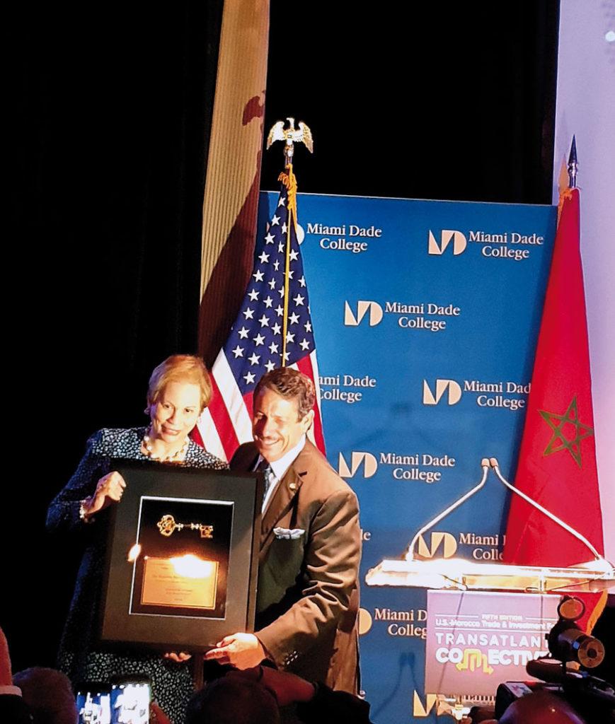 La princesse Lalla Joumala Alaoui. L'ambassadrice du Maroc aux Etats-Unis a en effet été honorée et a reçu un prix remis par Jose Pepe Diaz, commissaire du comté de Miami Dade •
