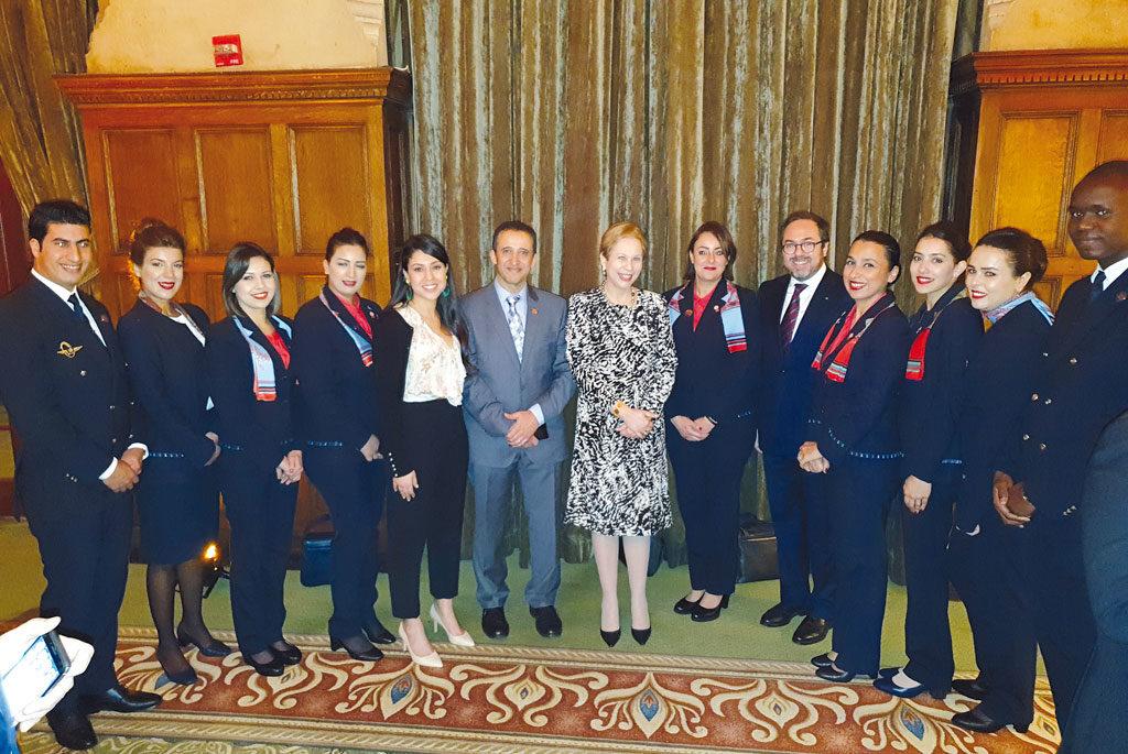 SE l'Ambassadrice Lalla Joumala en compagnie de l'équipage qui a assuré ce vol inaugural Casa-Miami