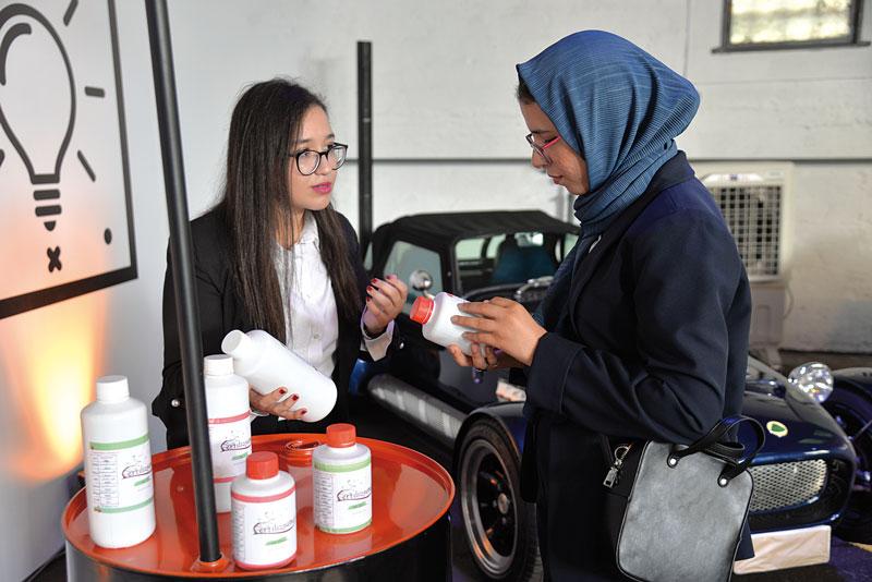 Une jeune participante au programme « 1000 Fikra » en pleine explication de ses produits •